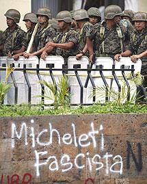 Soldados contra pintadas en las calles de la capital.   AP