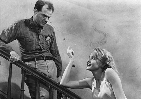 Karl Malden y Carroll Baker en una escena de 'Baby Doll' en 1956.   AP