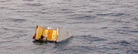 Una pieza del Airbus accidentado en el Atlántico. | AFP