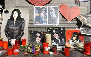 Recuerdos de Michael Jackson de parte de sus fans (Foto: AFP).