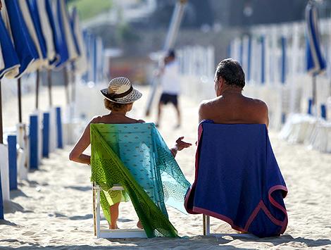 Una pareja disfruta de la playa en San Sebastián.   Efe