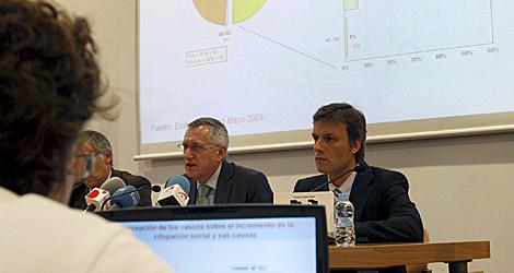 Los responsables del Euskobarómetro, durante su presentación en Bilbao. | Efe