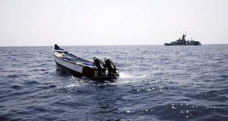 Un buque de guerra europeo inspecciona una lancha abandonada en el Golfo de Adén. | Efe