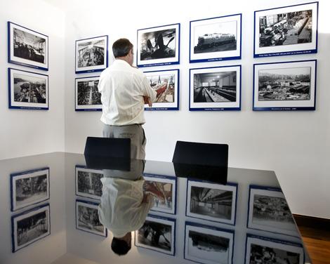 Una exposición de fotografías recorre los 100 años de La Naval.   Carlos García