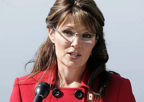 Palin, este viernes, durante el anuncio de su dimisión. | AP