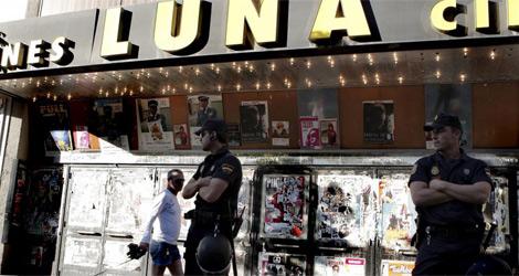Policías custodiando el edificio de los Cines Luna. | El Mundo