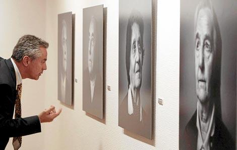 Un visitante observa los retratos.| Carrascal.