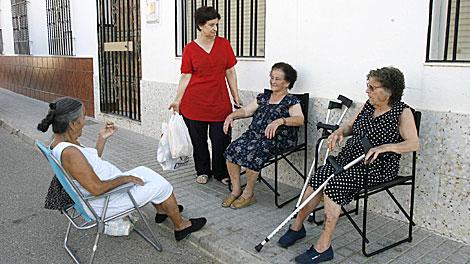 Varias vecinas del pueblo, en calma tras los incidentes.   Madero Cubero
