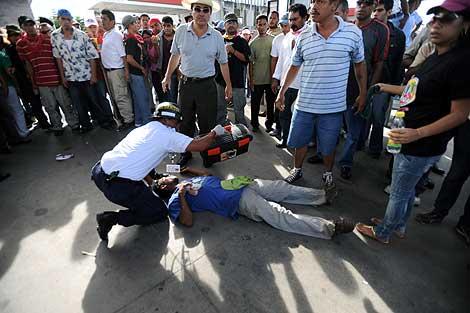 Un seguidor del depuesto presidente de Honduras, Manuel Zelaya, yace muerto tras ser disparado por soldados. | AFP