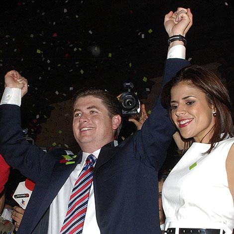 El candidato del Rodrigo Medina celebra su victoria junto a su mujer en Monterrey | Ap