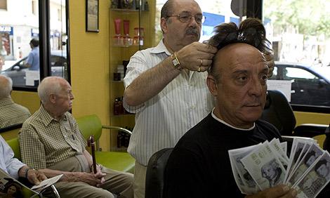 El ex ladrón, en una peluquería madrileña mientras le colocan su peluquín. | Sergio González