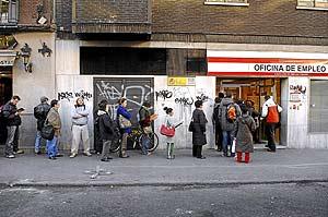 Un grupo de personas, en la cola de la oficina de empleo FOTO: EL MUNDO