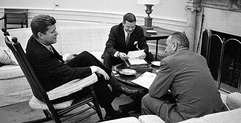 McNamara, con Kennedy y el entonces vicepresidente Johnson, en 1961. | AP