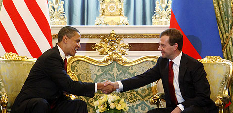 Obama y Medvedev estrechan sus manos en el Kremlin. | AP