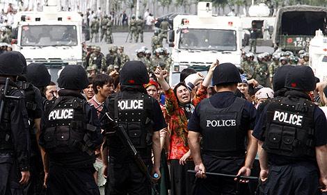 Varios uigures se enfrentan a la policía.   Efe