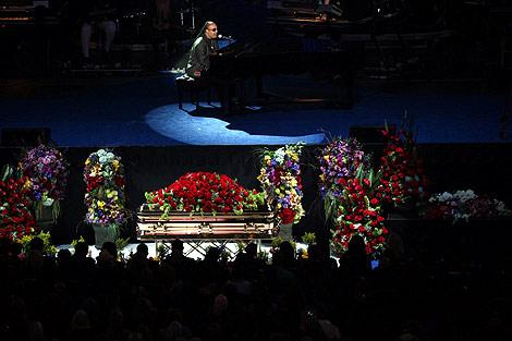 El féretro de Jackson a los pies del escenario durante el funeral. | Efe
