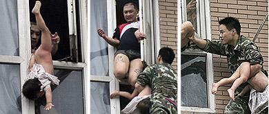 Secuencia del rescate de la niña del padre suicida en China. | Reuters