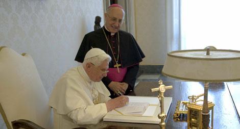 Benedicto XVI firmando su tercera encíclia. | L,Osservatore romano