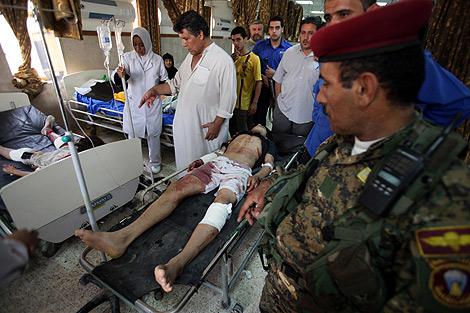 Uno de los civiles heridos en el atentado es atendido en un hospital. | AP