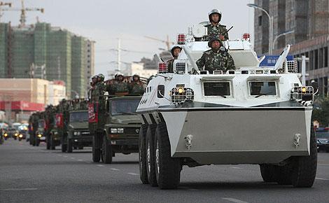 Vehículos de la policía paramilitar circulan por las calles de Urumqi. | AP