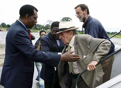 Manuel Fraga es recibido por el ministro de Asuntos Exteriores ecuatoguineano, Pastor Michá, en el aeropuerto de Malabo.   Efe