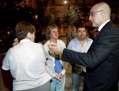 Rodolfo Ares conversa con los vecinos de Durango tras la explosión. | Efe