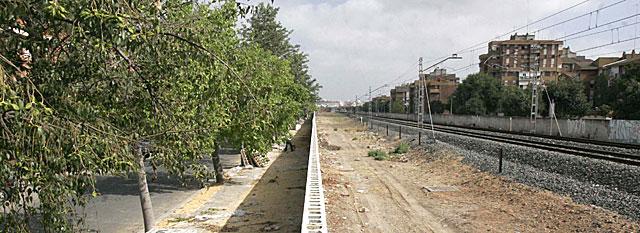 El muro que separa el barrio de Bami de las vías del ferrocarril y de las Tres Mil Viviendas. | Carlos Márquez