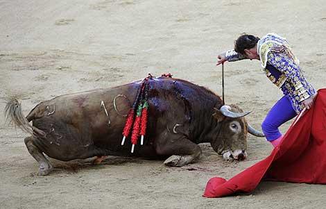 'El Fandi' remata a 'Capuchino'.   Reuters