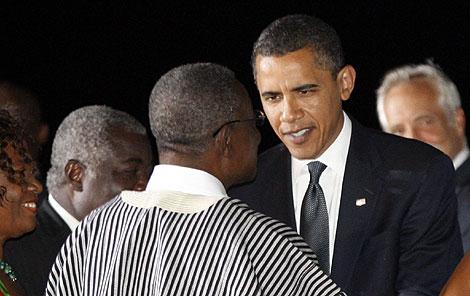 Obama, recibido por el presidente John Atta, a su llegada a Ghana.   Reuters