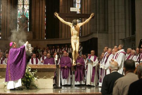 Los obispos vascos homenajean con un funeral a los sacerdotes asesinados. | Nuria González