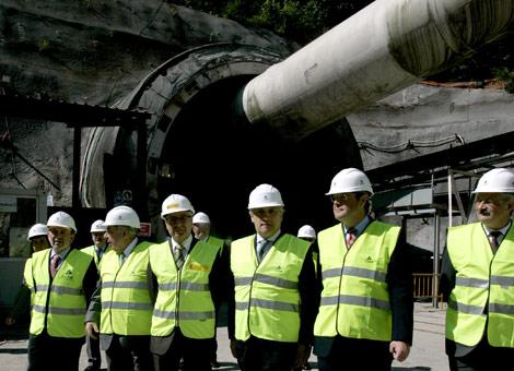 Blanco (cuarto por la derecha) y Silván (segundo) en la visita al túnel de Pajares. | Ical
