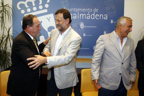 El alcalde de Benalmádena saluda a Rajoy ante Arenas. | C. Díaz