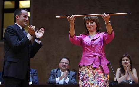 Jorge Alarte aplaude a la nueva alcaldesa de Alaquàs, Elvira García. | José Cuéllar