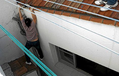 Una mujer intenta huir por el tejado durante una redada (Foto: Antonio M. Xoubanova)