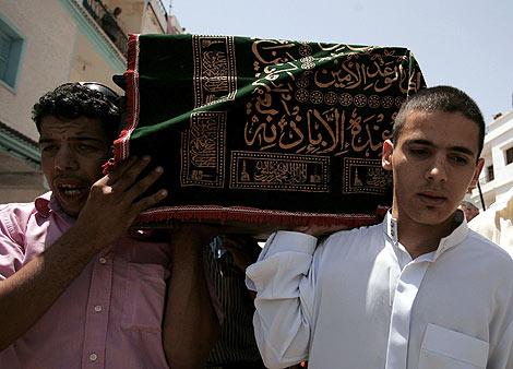 El marido de Dalilah, dcha., lleva su féretro durante el entierro. | Rafael Marchante