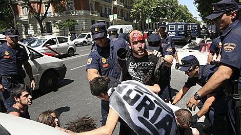 La Policía detiene a uno de los manifestantes.  Carlos Alba