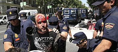 La Policía detiene a uno de los manifestantes.| Carlos Alba