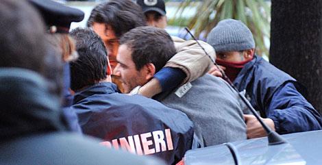 El mafioso Giuseppe Setola (de gris), durante su detención, el pasado 14 de enero. | AFP