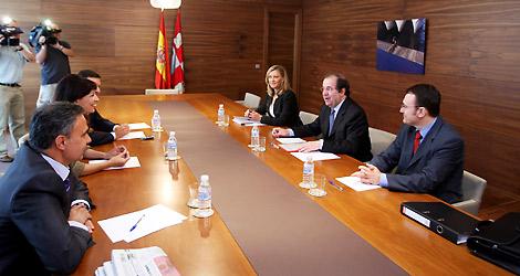 Herrera y Pilar del Olmo, con los portavoces de los grupos parlamentarios. | Ical