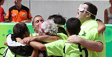 Los deportistas malagueños festejan su triunfo.   Fernando Ruso