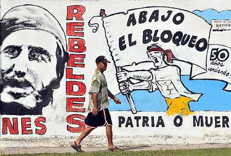 Un muro con una pintada contra el embargo de EEUU a Cuba, en La Habana.   Efe