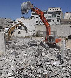 Una grúa retira escombros de Gaza. | AP