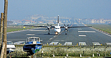 Un avión aterriza en Hondarribia.   Justy