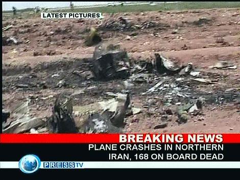 Imágenes de la televisión iraní con los restos del avión.   AFP