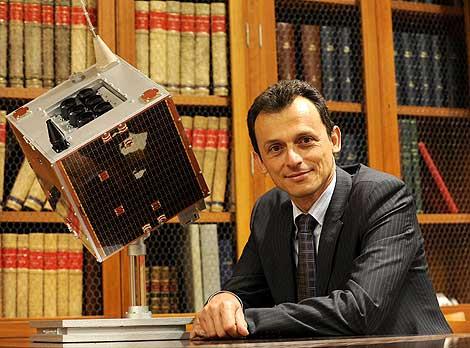 Pedro Duque junto a una maqueta del satélite. | Foto: Bernardo Díaz.
