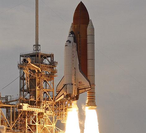 Momento en que la NASA inicia el lanzamiento del transbordador. | Reuters