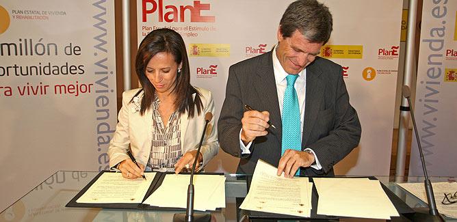 Corredor y Martínez, en el acto de la firma del convenio entre el ICO y el Ministerio de Vivienda.   elmundo.es