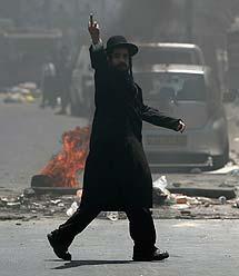 Un ultra-ortodoxo saca el dedo. | AFP