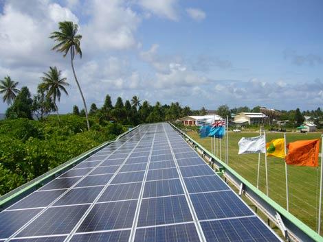 Vista de los paneles fotovoltaicos en el estadio de fútbol de Tuvalu. | e-8
