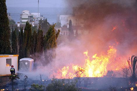 El humo del fuego ha llegado hasta el recinto. | Juan Vicent